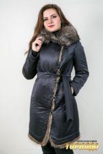 Женское пальто с отделкой из меха енота. Артикул 22586.
